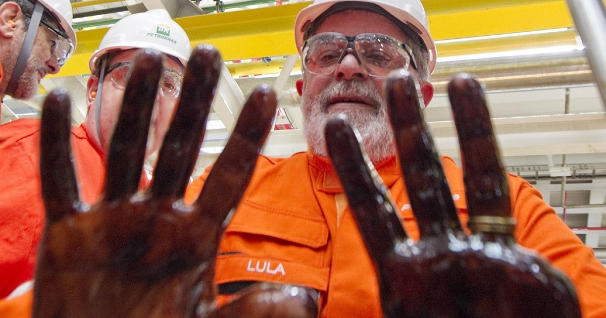 Brazil's President Luiz Inacio Lula da Silva shows his hands, dirty with the first extraction of pre-salt oil in the Tupi oil field basin, Oct. 28, 2010.</p>