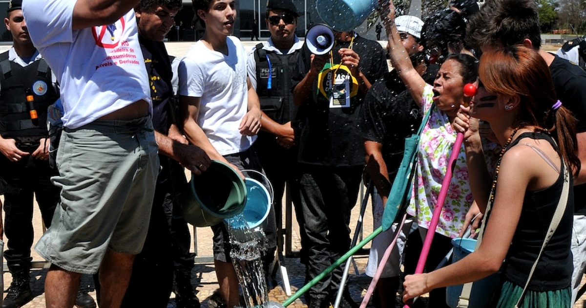 Protesters demonstrate washing the entrance of the Brazilian Supreme Court during the March Against the Corruption of Brazilian Politics in Brasilia on September 7, 2011.</p>