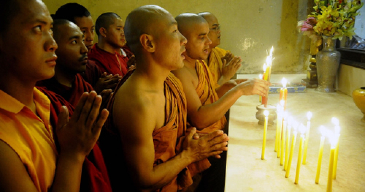 Buddhist monks offer prayers to victims on the third anniversary of the 2008 Mumbai militant attacks, at the Bodhgaya Mahabodi Temple in Bodh district on November 26, 2011. Buddhist leaders gathered in New Delhi for an interdisciplinary meeting this week criticized Beijing for the suppression of Tibetan Buddhism.</p>