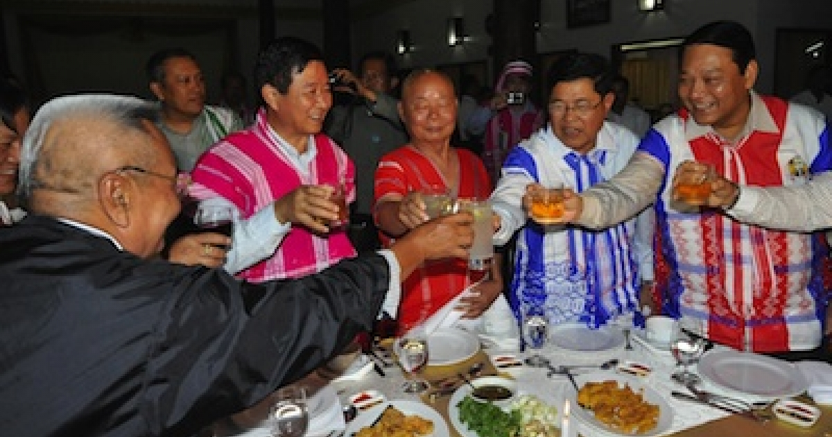 General Mutu Saipo (C), a representative of the rebel Karen National Union (KNU) toasting with Myanmar Railway Minister Aung Min (2nd L), Industry Minister Soe Thein (2nd R) and Immigration Minister Khin Yee (R) during a welcoming dinner held on the eve of talks between KNU leaders and a Myanmar government delegation, on Jan. 11, 2012 in Hpa-An, the main city of the country's eastern Karen state.</p>