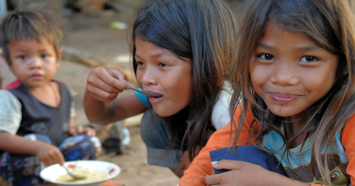 Cambodian children who live near the Thai-Cambodia border eat noodles at a pagoda in Oddar Meanchey province on April 24, 2011.</p>