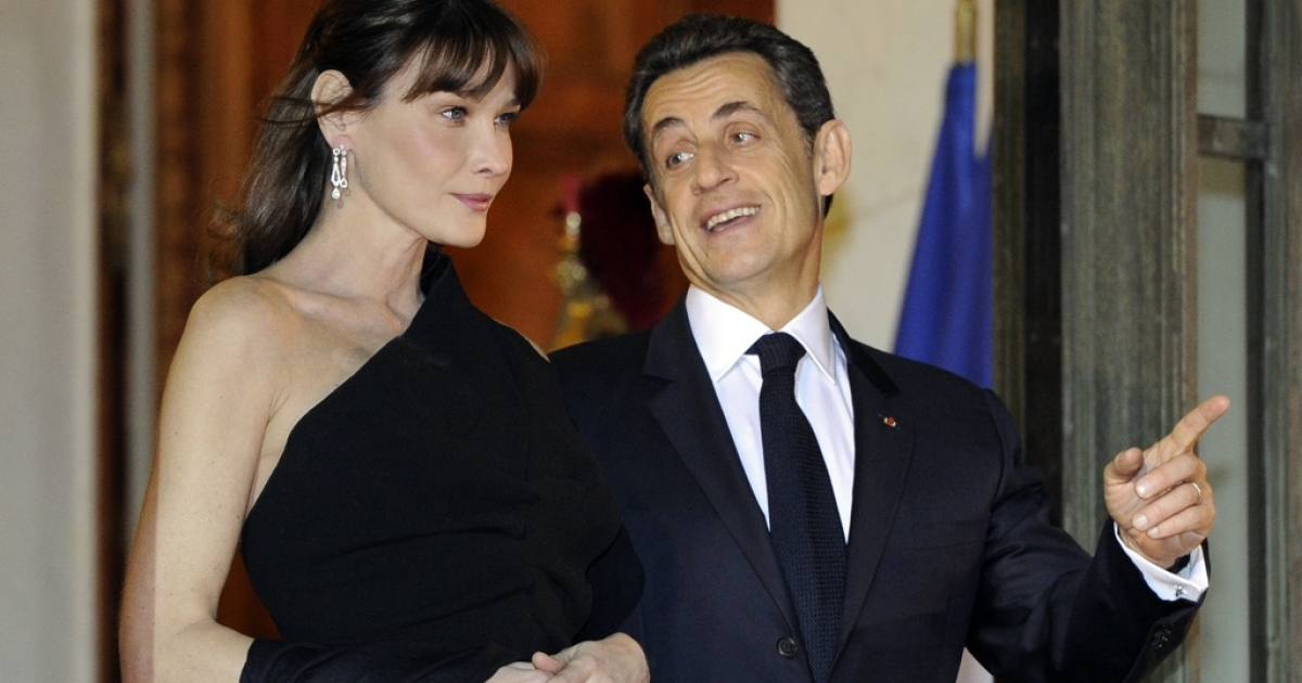 French President Nicolas Sarkozy and his wife Carla Bruni-Sarkozy wait for South African President Jacob Zuma as he arrives at the Elysee Palace to take part in an official dinner, on March 2, 2011 in Paris.</p>