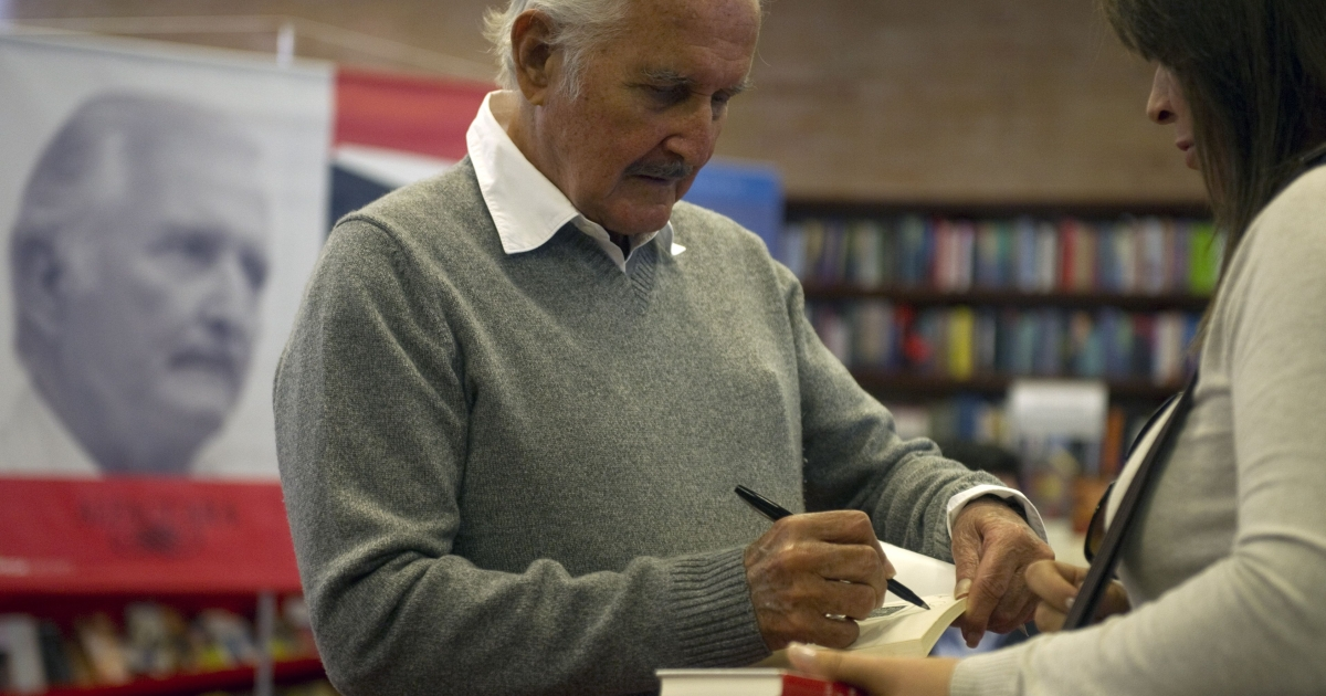 Carlos Fuentes signs a book in Bogota on February 1, 2012.</p>