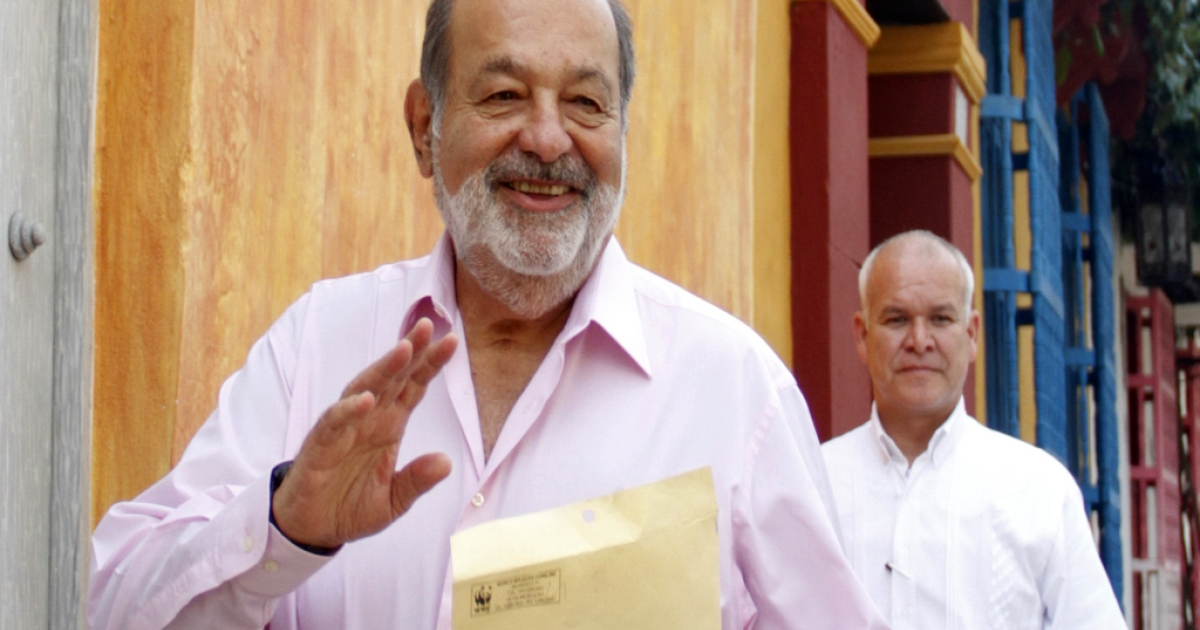 Mexican billionaire Carlos Slim (L) walks in a street of Cartagena de Indias, Colombia, on October 26, 2012. Slim is the World's richest man and has benefited from the left-wing governments of Latin American nations.</p>