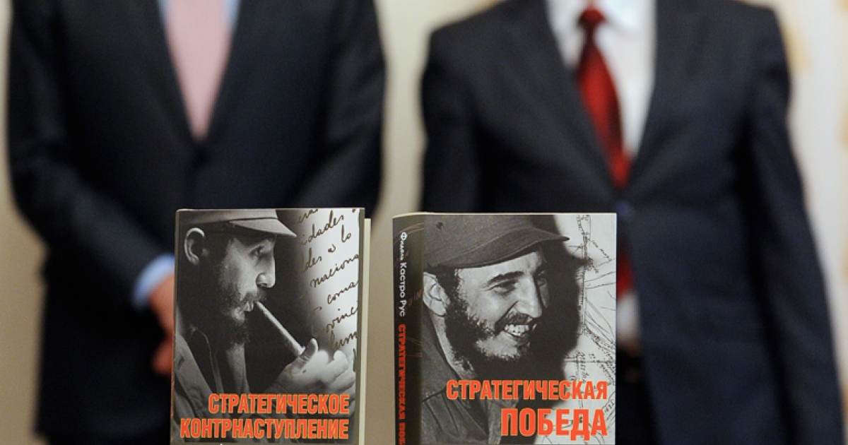 Cuban Ambassador to Russia Juan Valdes Figueroa (R) and Russian Foreign Minister Sergey Lavrov (L)  stand next to the Russian edition of the former Cuban leader Fidel Castro's two-volume memoirs during the book presentation in Moscow, on October 17, 2011.</p>