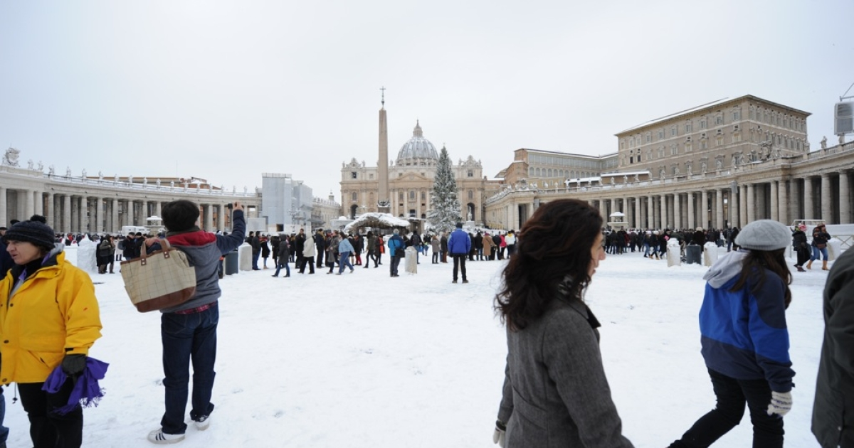 People stand on St Peter's square at the Vatican on February 4, 2012. Heavy snowfalls in Rome caused the normally mild-weather Italian capital to grind to a halt.</p>