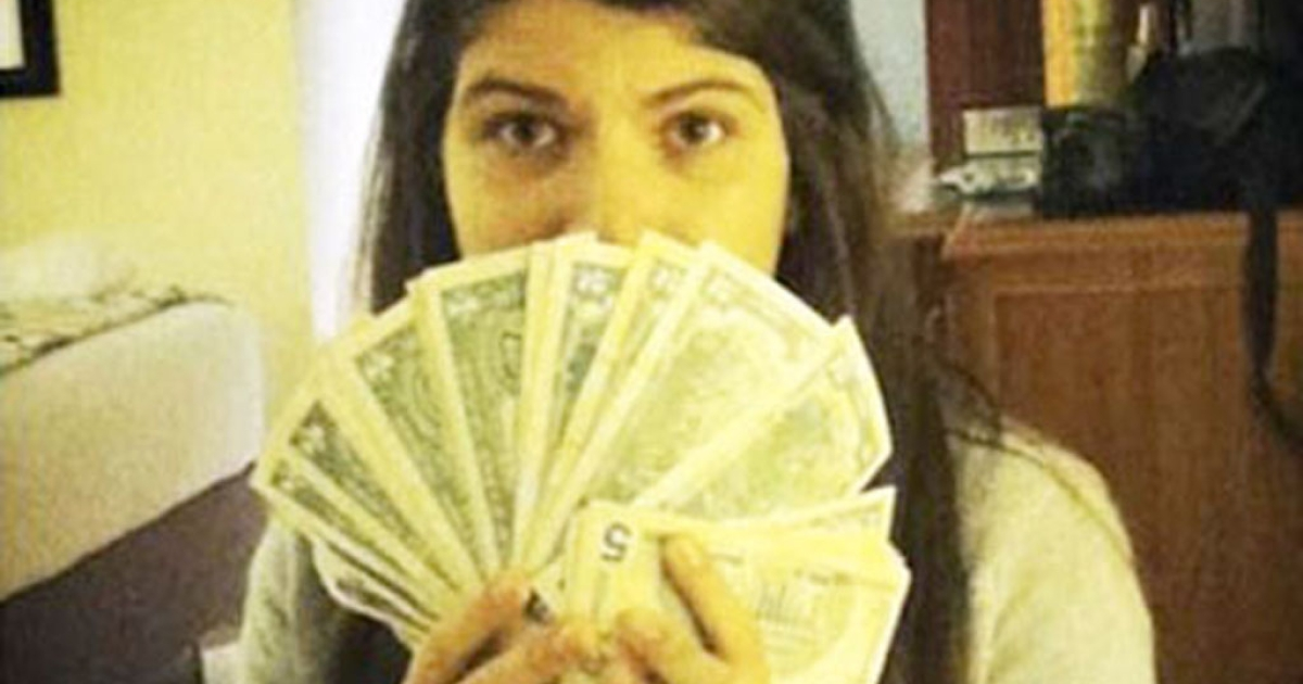 Rosinés Chávez poses with US dollars, much sought after in Venezuela thanks to her father's currency controls (Instagram)</p>