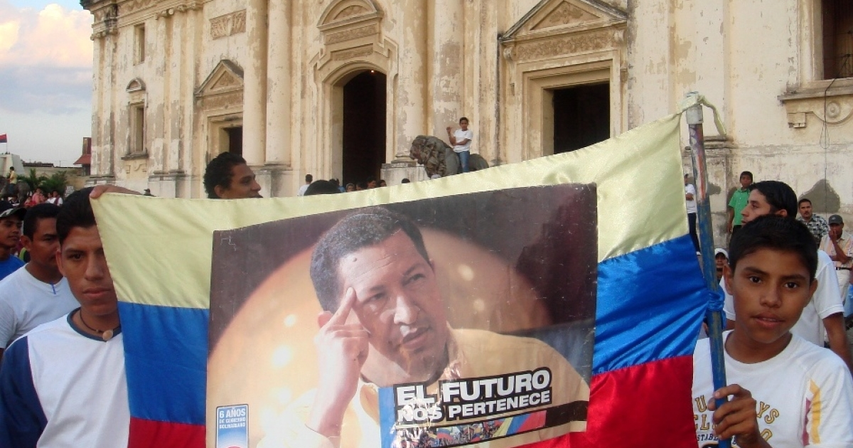 Young Nicaraguan Sandinistas hold a sign of support for Venezuelan President Hugo Chavez outside the cathedral in Leon, Nicaragua.</p>