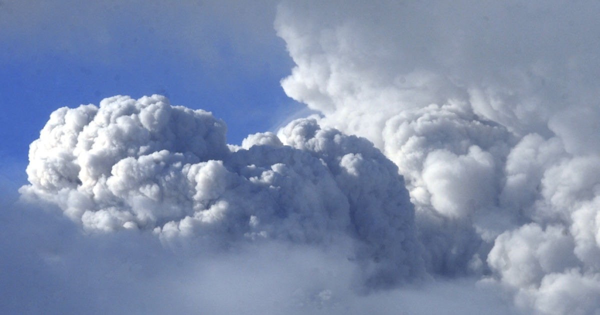 A cloud of ashes billows near the Puyehue volcano in Chile, 870 kilometers south of Santiago, on June 7, 2011.</p>