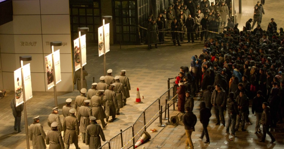 Police seal off the area as thousands of customers queue up outside an Apple store in Beijing's upmarket Sanlitun shopping district, in Beijing early morning on Jan. 13, 2012. Thousands of Chinese tech fans queued in freezing temperatures as the new iPhone 4S went on sale, sparking violent scenes when staff at the Beijing Apple store refused to open its doors.</p>