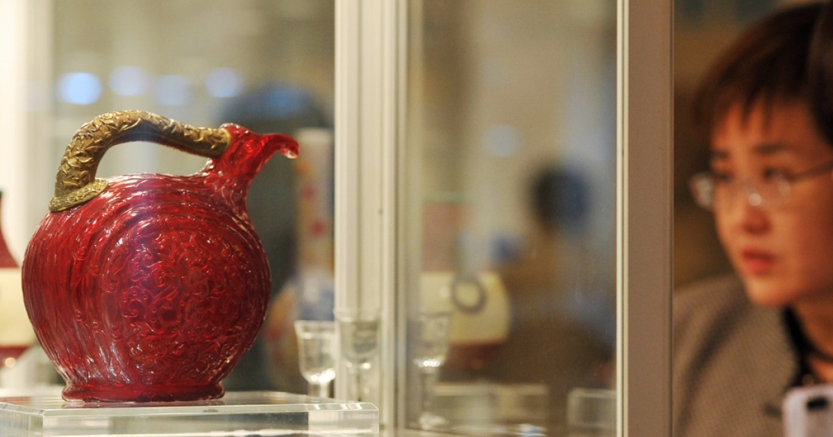 A Chinese imperial molded and carved red glass bird-form ewer from the Qianglong period (1736-1795).</p>
