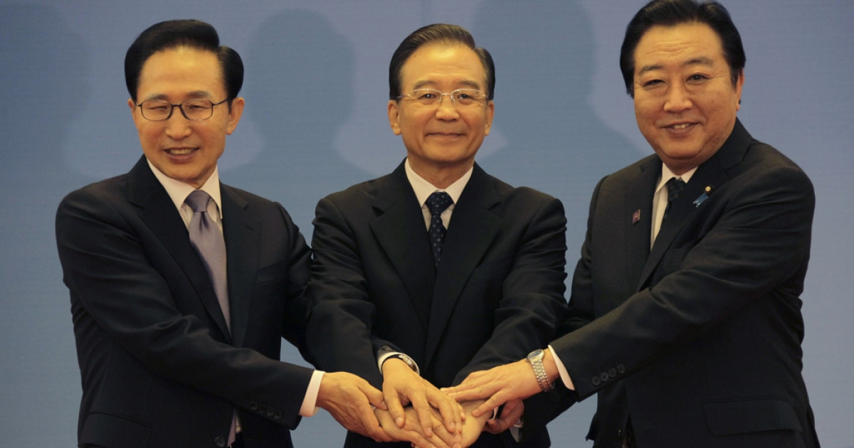 (Left to right) South Korean President Lee Myung-bak, China Premier Wen Jiabao and Japanese Prime Minister Yoshihiko Noda pose for photographs at the Great Hall of the People May 13, 2012 in Beijing, China.</p>