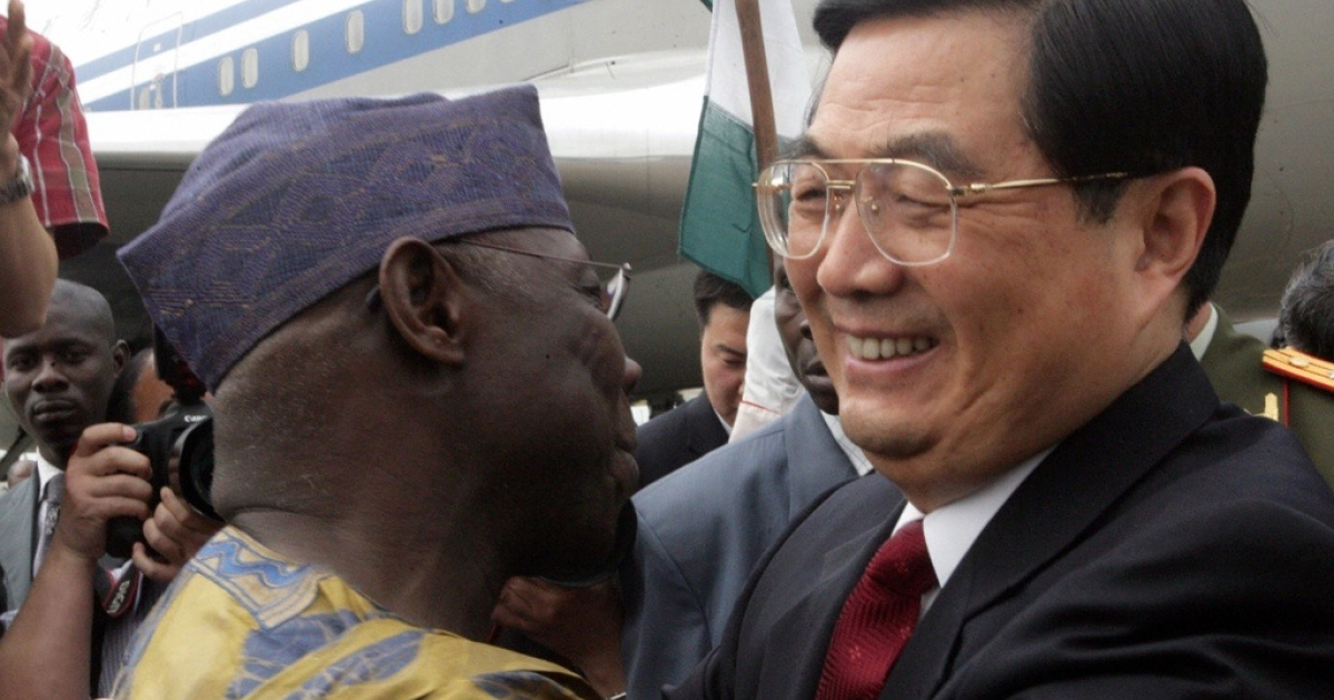 China's President Hu Jintao is welcomed by his Nigerian counterpart Olusegun Obasanjo at Abuja airport.</p>