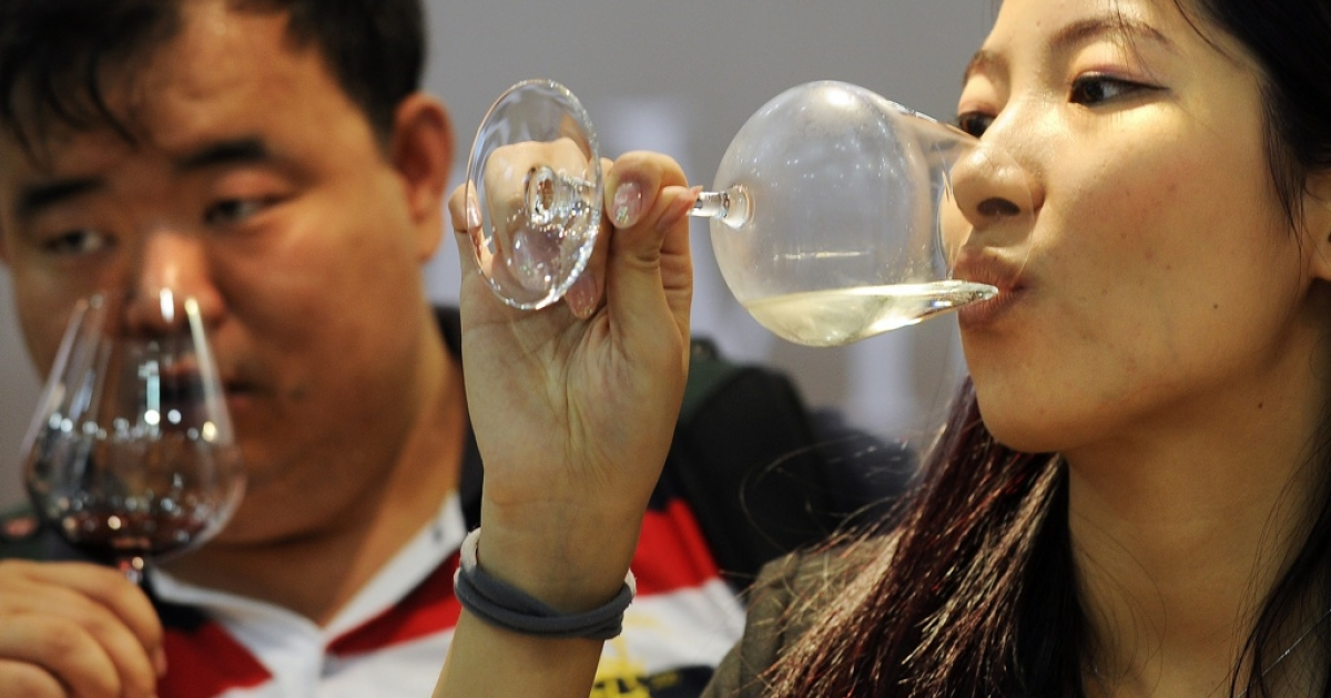 Chinese visitors sample imported wines during the Vinexpo Asia-Pacific trade fair in Hong Kong on May 30, 2012. Fruity reds are the kings of the Chinese wine market, but experts at Asia's biggest wine fair say women are leading a trend toward whites that will open new revenue streams for producers worldwide, including South Africa.</p>