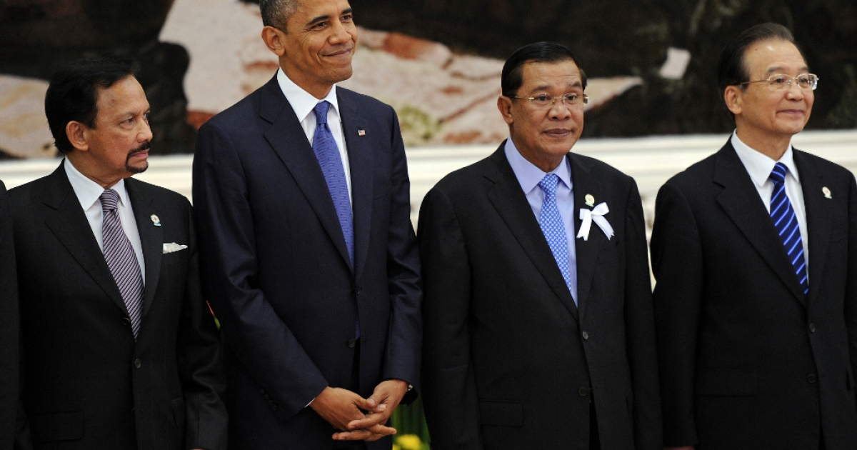 US President Barack Obama (2nd L) stands with Brunei's Sultan Hassanal Bolkiah (L), Cambodian Prime Minister Hun Sen (2nd R) and Chinese Prime Minister Wen Jiabao (R) for a family picture ahead of the 7th East Asia Summit in Phnom Penh on November 20, 2012.</p>