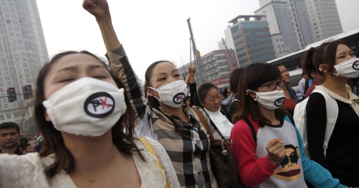 Chinese protesters march to protest against the construction of a 55.9 billion yuan (8.9 billion USD) chemical plant in Ningbo, east China's Zhejiang province on October 28, 2012.</p>