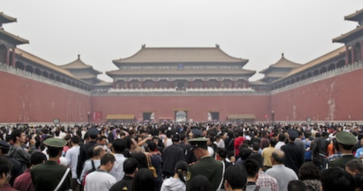Thousands of visitors make their way into the Forbidden City, in Beijing on October 2, 2010.</p>