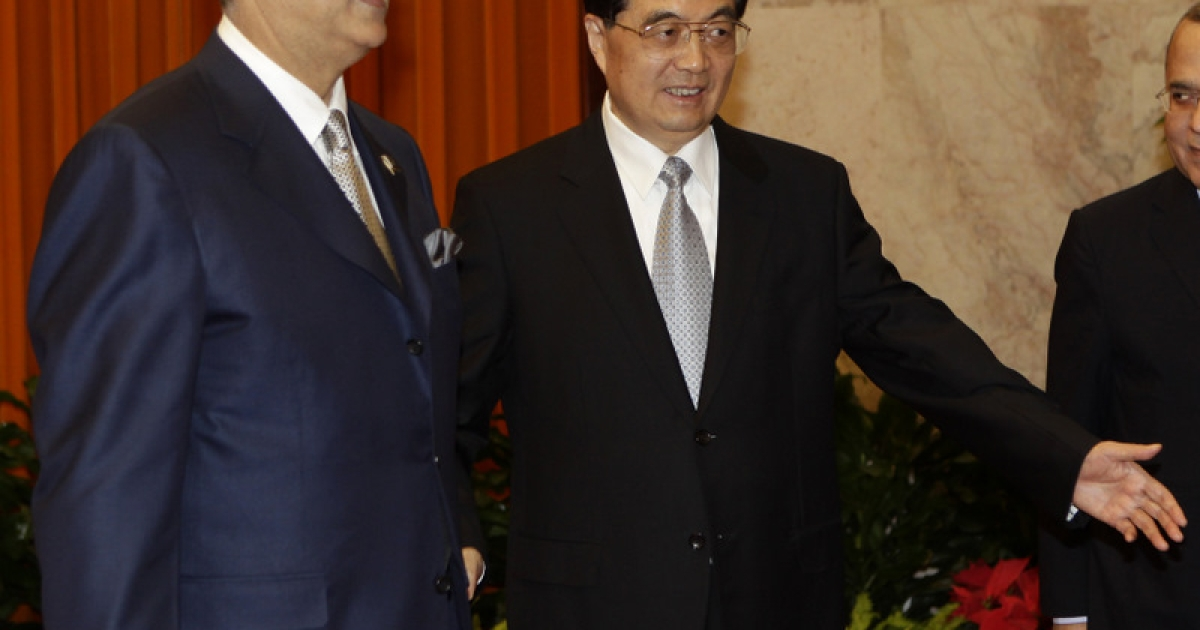 BEIJING, CHINA - MAY 20:  Pakistan's Prime Minister Yusuf Raza Gilani (L) meets with China's President Hu Jintao during a meeting at the Great Hall of the People on May 20, 2011 in Beijing, China.  Yusuf Raza Gilani is on and official four day visit to China.</p>