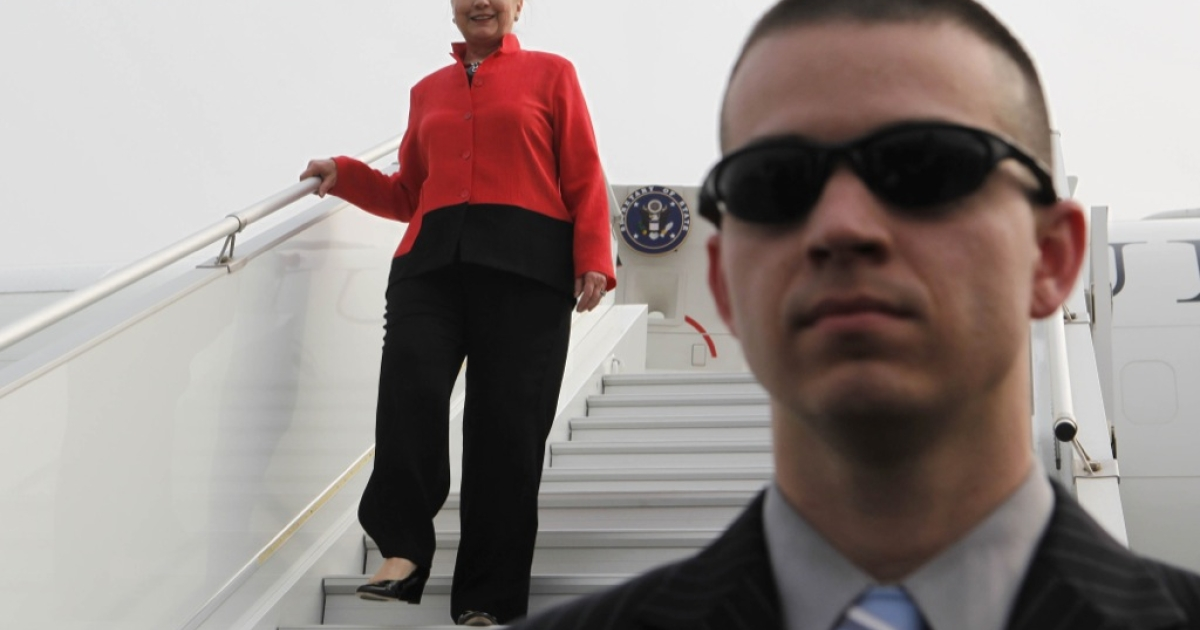 US Secretary of State Hillary Clinton (l) arrives on her jet under the watch of an Air Force Security Forces member after arriving in Lome, Togo on Jan. 17, 2012.</p>