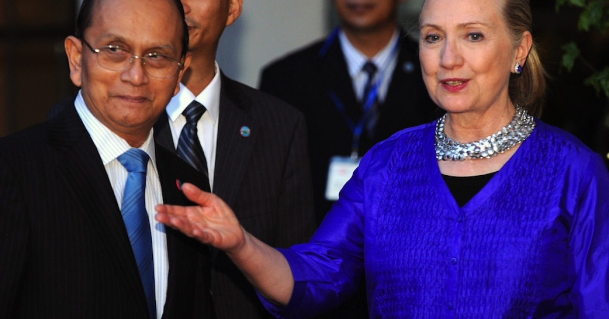 US Secretary of State Hillary Clinton (R) welcomes Myanmar President Thein Sein (L) before a meeting in Siem Reap on July 13, 2012. US Secretary of State Hillary Clinton met Myanmar President Thein Sein on July 13 for landmark discussions days after Washington eased its sanctions on the once-pariah state.</p>