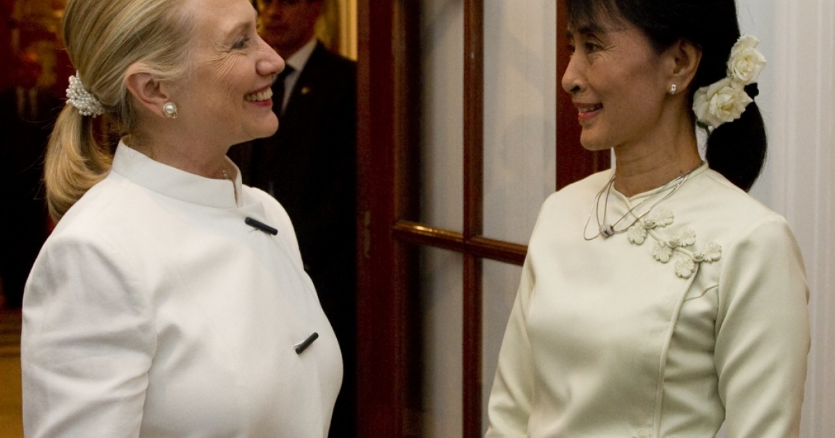 US Secretary of State Hillary Clinton (L) and pro-democracy opposition leader Aung San Suu Kyi talk prior to dinner at the US Chief of Mission Residence in Rangoon, Myanmar, December 1, 2011.</p>