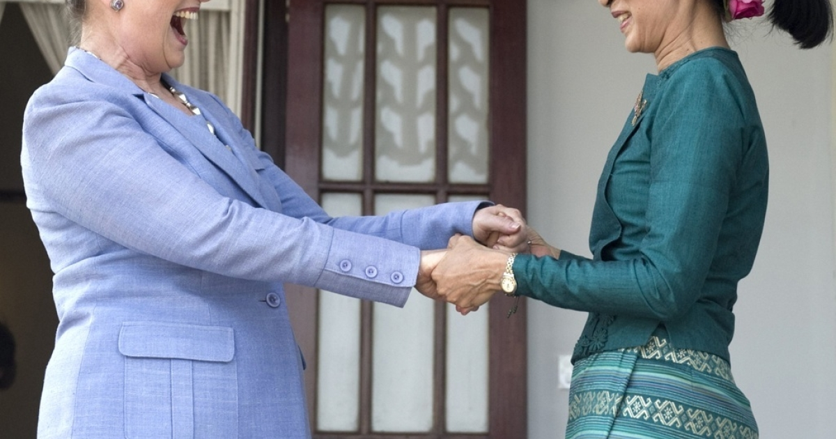 Pro-democracy opposition leader Aung San Suu Kyi (R) and US Secretary of State Hillary Clinton hold hands as they speak after meeting at Suu Kyi's residence in Rangoon, Burma, December 2, 2011.</p>