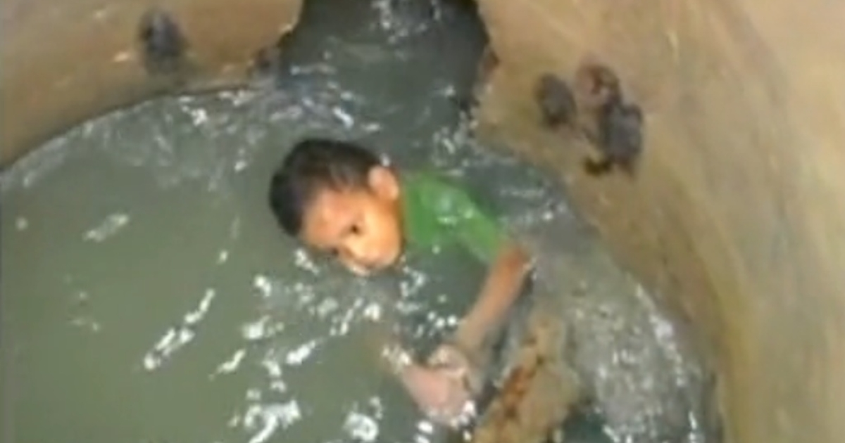 Three-year-old Jeampier Silvera Arteta fell into a sewer shaft in Barranquilla, Colombia, on Tuesday night and was only rescued when workers spotted him in the drainage pipe on Wednesday.</p>