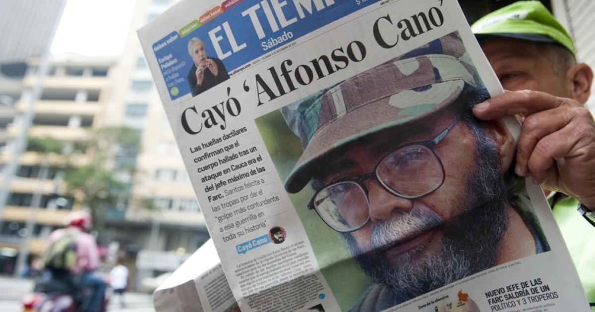 A man reads a newspaper reporting on the death of the leader of the Revolutionary Armed Forces of Colombia (FARC), Alfonso Cano, at a newsstand in Medellin, Antioquia department, on November 5, 2011.</p>