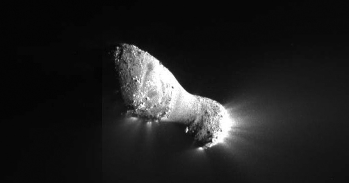 In this handout photo provided by NASA, Comet Hartley 2 is seen on Nov. 4, 2010. The picture was taken as a spacecraft flew by around 1:59 pm GMT, from a distance of about 700 kilometers (435 miles).</p>