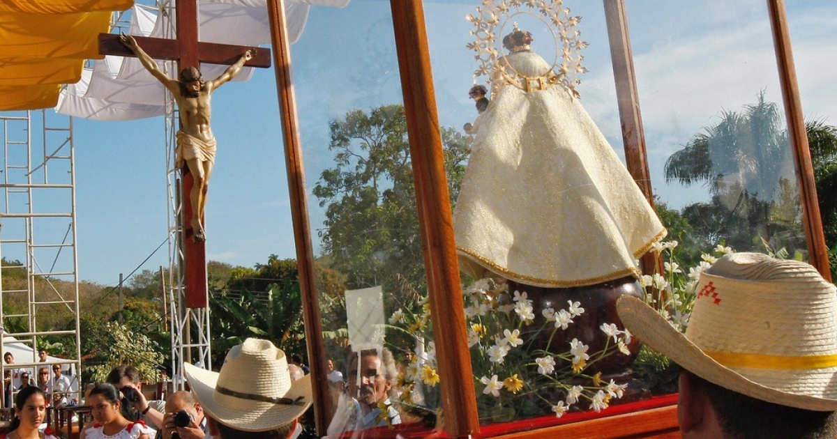Cubans during a mass in Santa Clara on Feb. 23, 2008.</p>