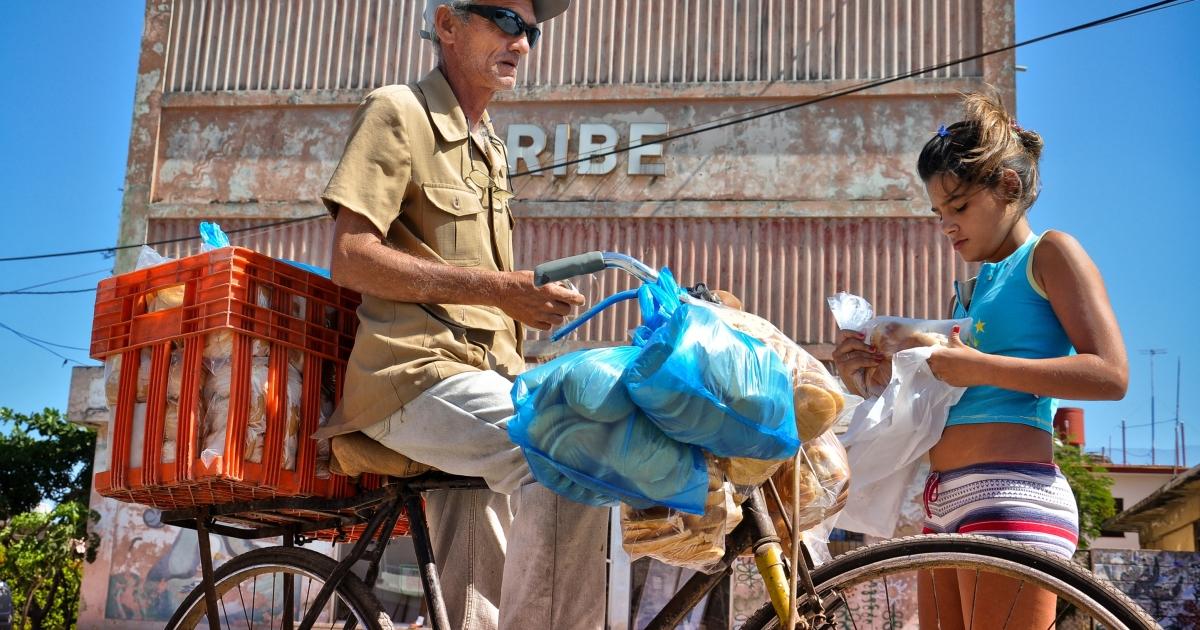 A Havana street vendor sells bread.</p>