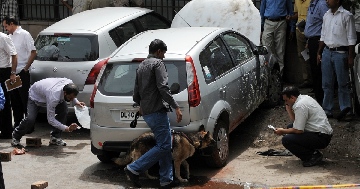 Indian police officials and bomb-squad personnel inspect the site of an explosion outside Delhi High Court in New Delhi on May 25, 2011. A low-intensity bomb exploded outside the busy Delhi High Court triggering panic, yet no injuries were reported, according to the Press Trust of India (PTI).</p>