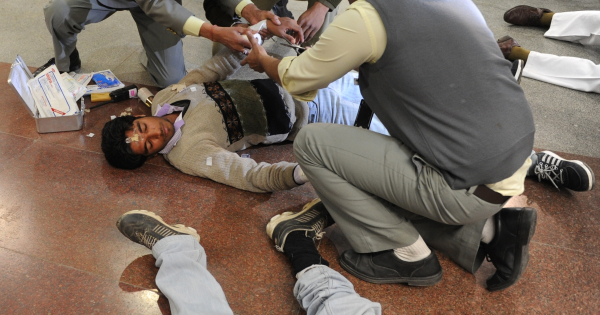 Delhi police and rescue personnel tend to volunteer victims at a metro station platform during a mock earthquake drill conducted in New Delhi on February 15, 2012. Over 40,000 people in India's capital took part in the drill as the tremor-prone city of 16 million tries to improve its disaster preparedness.</p>