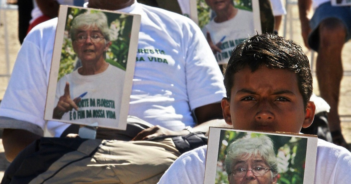 Members of non-governmental organizations pay tribute to US nun Dorothy Stang in Brasilia on June 7, 2005. Stang was killed on February 12, 2005 in Pará, north of Brazil.</p>