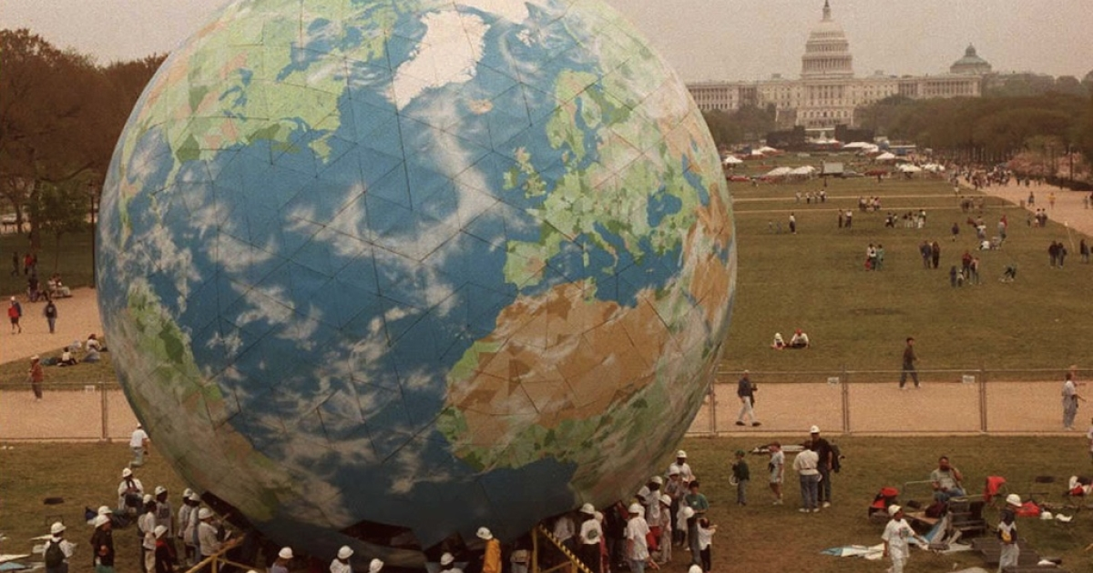 More than 1,200 students from across the US assemble a five-story globe on the National Mall in Washington 21 April. The globe is part of the festivities to mark the 25th anniversary of Earth Day which will be celebrated 22 April.</p>