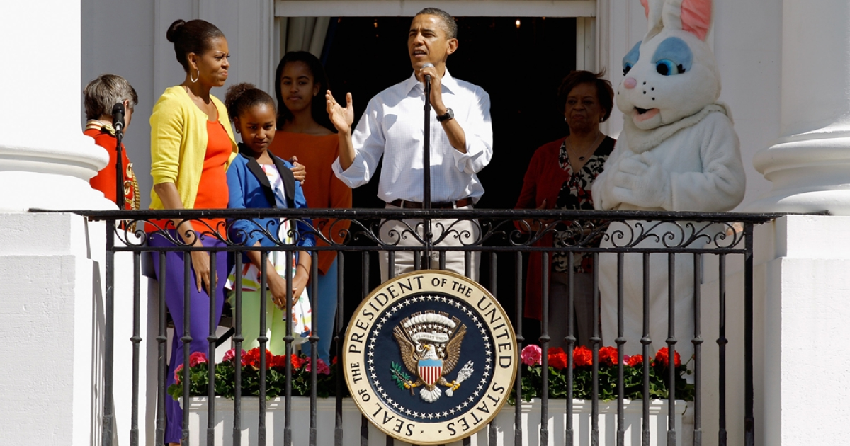 Obama (C) speaks to participants along with (L-R) first lady Michelle Obama, daughters Sasha and Malia, and the Easter Bunny.</p>