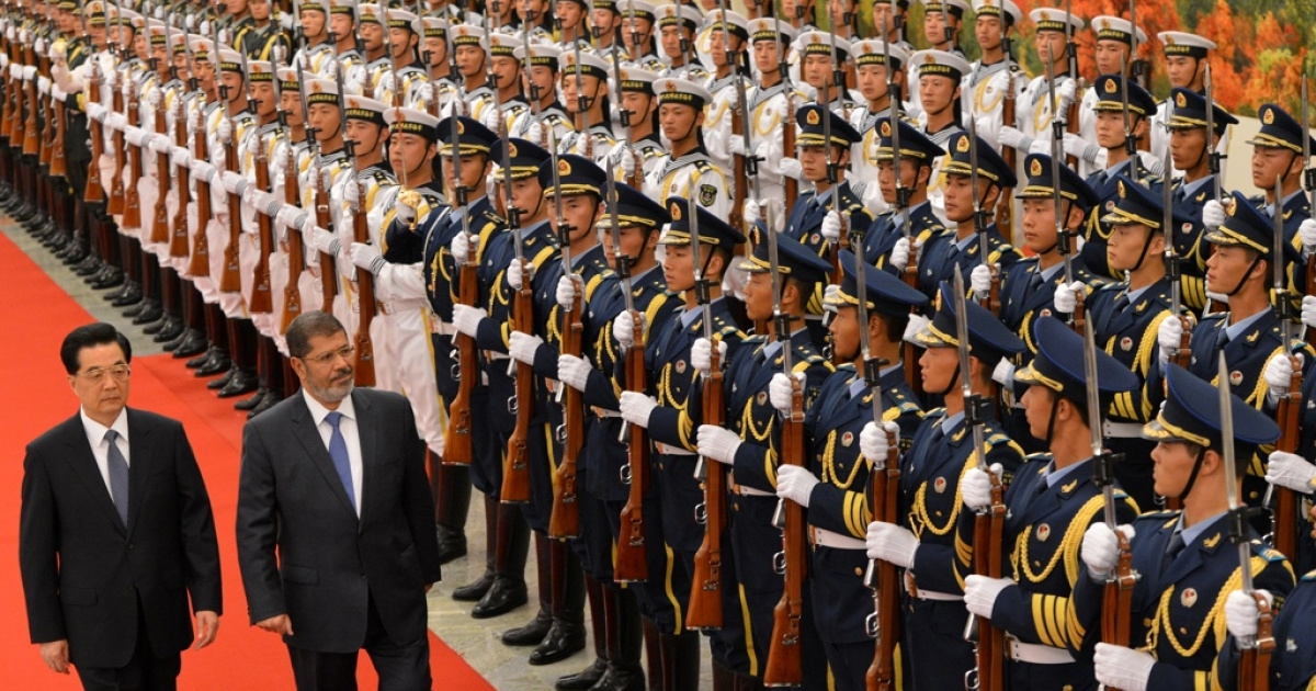 Chinese President Hu Jintao (L) and Egyptian President Mohamed Morsi review an honor guard during a welcoming ceremony at the Great Hall of the People in Beijing on Aug. 28, 2012.</p>