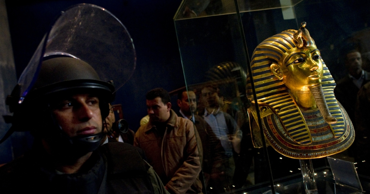 A soldiers stands guard next to Tutankhamun's gold funerary mask inside the Egyptian Museum.  Looters broke into the museum in Cairo's Tahrir Square on January 28.</p>