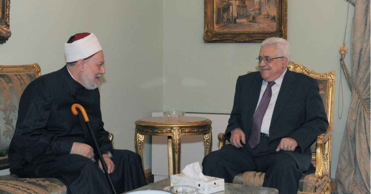 Palestinian President Mahmoud Abbas (R) meets with d. Ali Gomaa, Grand Mufti of Egypt on MAY 30, 2011 in Cairo, Egypt.</p>