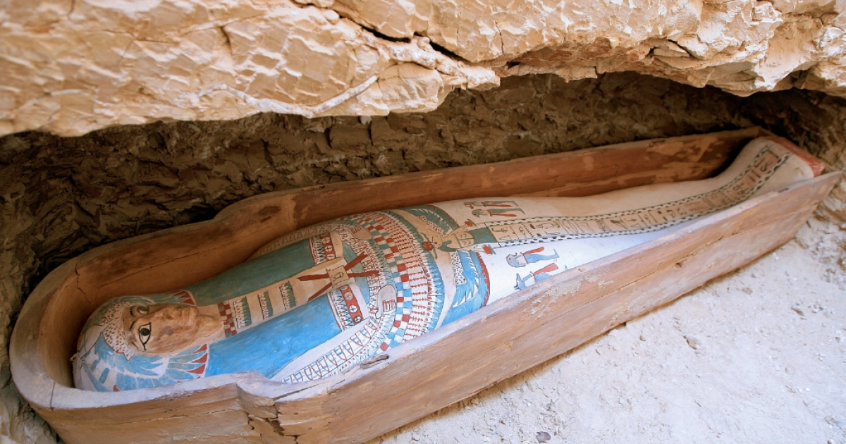 A picture taken on April 26, 2009 shows a wooden coffin containing a linen-wrapped mummy found in a necropolis southeast of the pyramid field of Lahun at the entrance of Egypt's Fayyum oasis, some 130 km southwest of Cairo.</p>