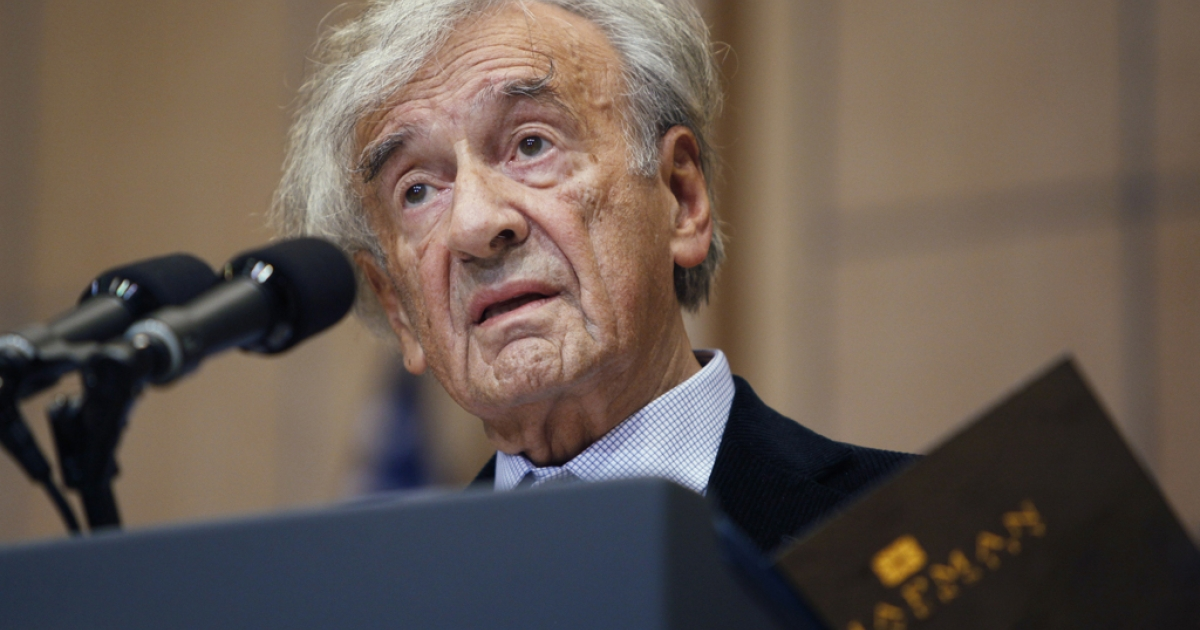 Elie Wiesel introduces US President Barack Obama at the Holocaust Museum April 23, 2012 in Washington, DC. Obama reportedly announced a new sanctions March 23, on Iran and Syria for entities and people using technology to target citizens.</p>