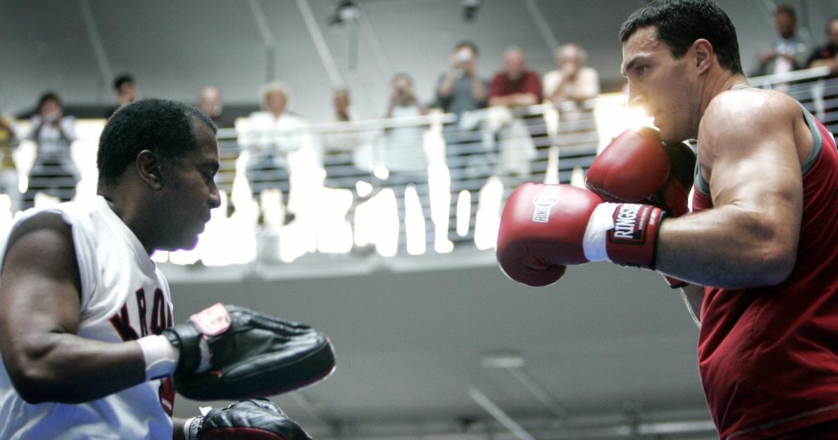 Emanuel Steward (L) trains Ukrainian heavyweight boxer Vladimir Klitschko in Cologne, Germany, on July 4, 2007.</p>