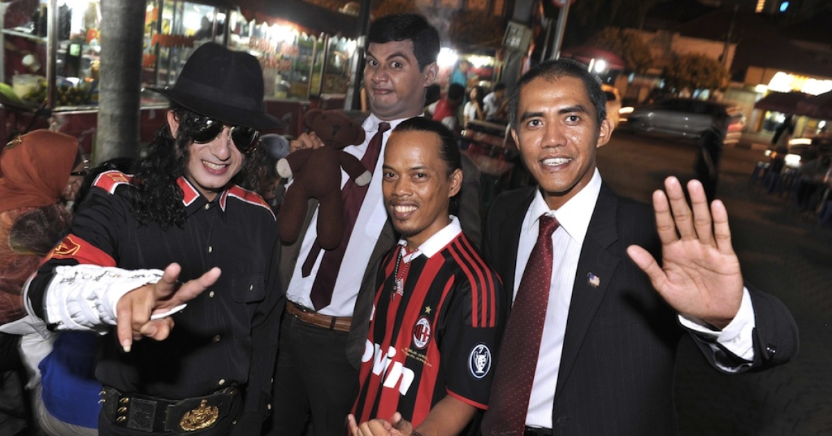 Indonesian photographer Ilham Anas (R), who found fame impersonating US President Barack Obama in Indonesia four years ago, posing with lookalikes of late US singer Michael Jackson - Fauzi Hamid Umar (L), Mr. Bean - Vico Rahman (2nd L) and Brazilian football star Ronaldinho - Ronaldikin (2nd R) at a street food court in Jakarta.</p>