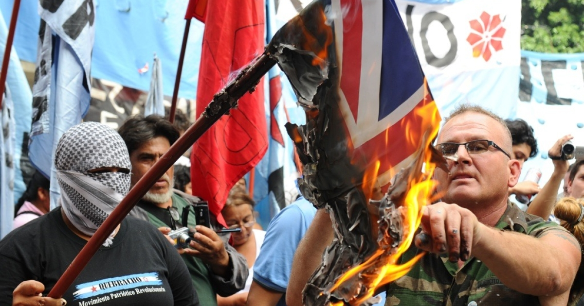 Argentinian demonstrators burn a British Union Jack flag in a protest near the British Embassy in Buenos Aires on April 2, 2012 as Britain and Argentina marked 30 years since an Argentine invasion of the Falklands Islands triggered a bloody 74-day war, amid renewed tensions between the two countries.</p>