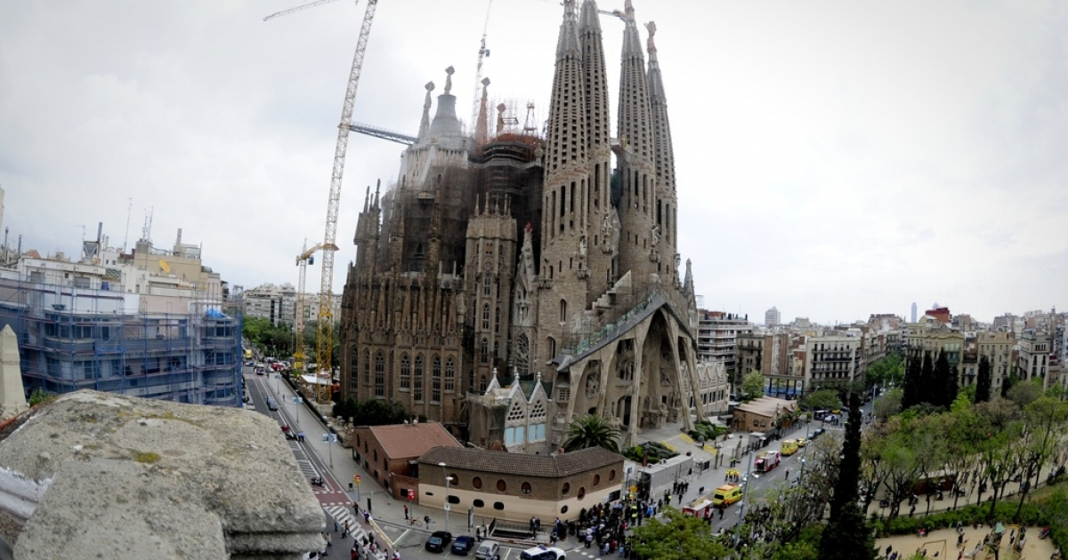 Firemen secure the area around the Sagrada Familia after a fire broke out inside the church on April 19, 2011 in Barcelona.</p>