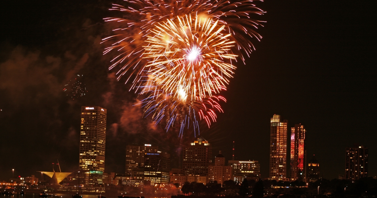 Fireworks explode during an Independence Day fireworks show in Milwaukee, Wisc., on July 3, 2008.</p>