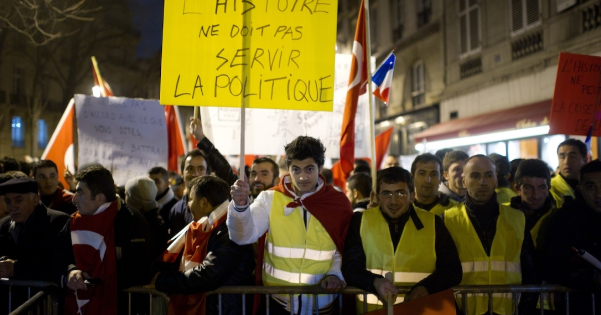 Turks demonstrate next to the French National Assembly, at dawn on December 22, 2011 in Paris, France.</p>