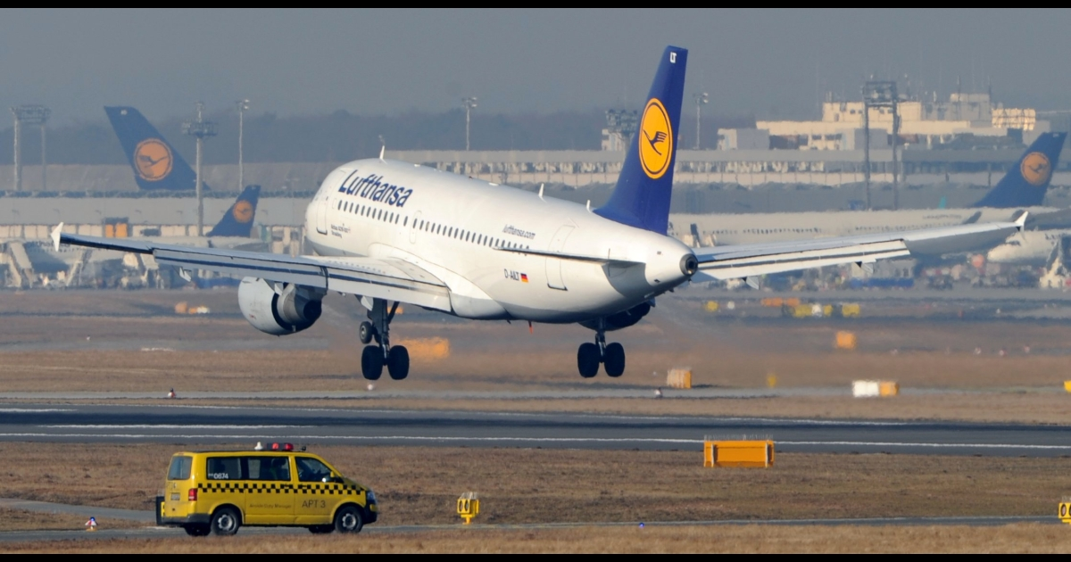 An airplane lands at the airport in Frankfurt am Main, western Germany, on Feb. 22, 2012.</p>