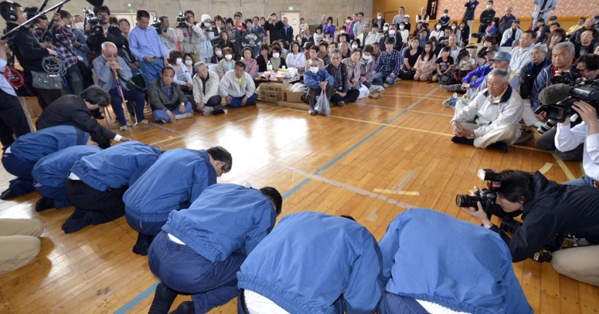 President of troubled Tokyo Electric Power Co. (TEPCO), Masataka Shimizu (C-in blue), is joined by company employees as they bow to evacuees (R) from the town of Namie near TEPCO's Fukushima nuclear power plant, to apologise for the nuclear crisis, at a shelter for those displaced in Nihonmatsu in Fukushima prefecture, 50 kms west of the stricken nuclear power plant on May 4, 2011. Japanese engineers on May 3 started preparing to send workers inside the Fukushima nuclear power station's reactor one building, the first time workers will have gone inside the building since the March 11 disaster, when four of the six reactors at the plant were heavily damaged by a 9.0-magnitude earthquake and tsunami.</p>