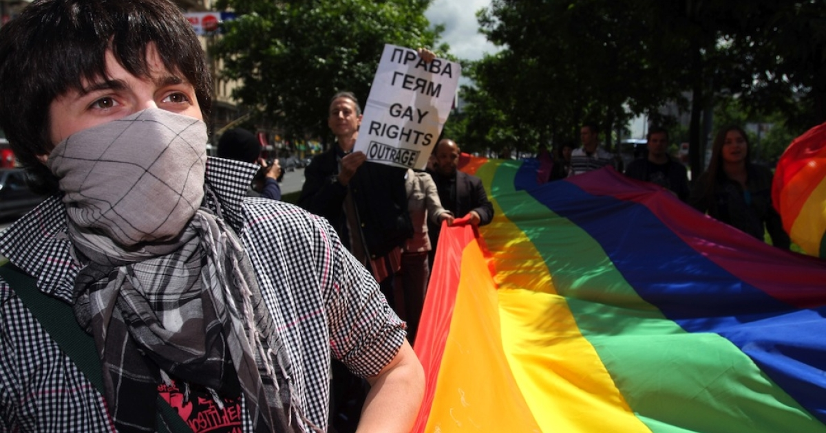 Members of the Russian gay community and gay rights activists from Europe hold flags during a banned gay rally in Moscow on May 29, 2008. Gay pride parades are routinely prohibited by city authorities. The parades often end with arrests.</p>